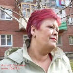 Татьяна Шмигель у своего дома в Омске